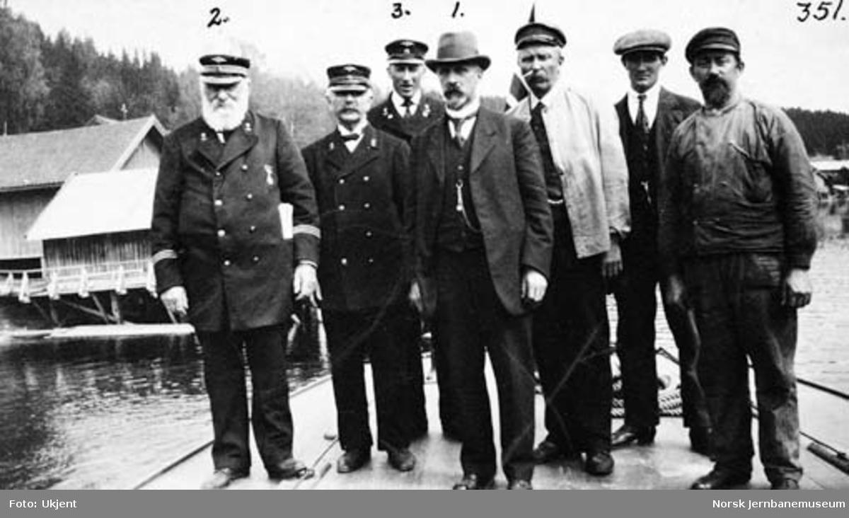 Dampskipet Bægnas mannskap sammen med avdelingsingeniør Saxegaard på Hen brygge