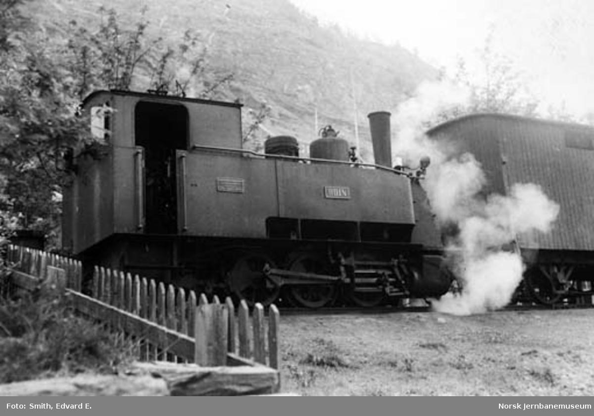 """Sulitjelmabanens damplokomotiv """"ODIN"""" foran tog"""