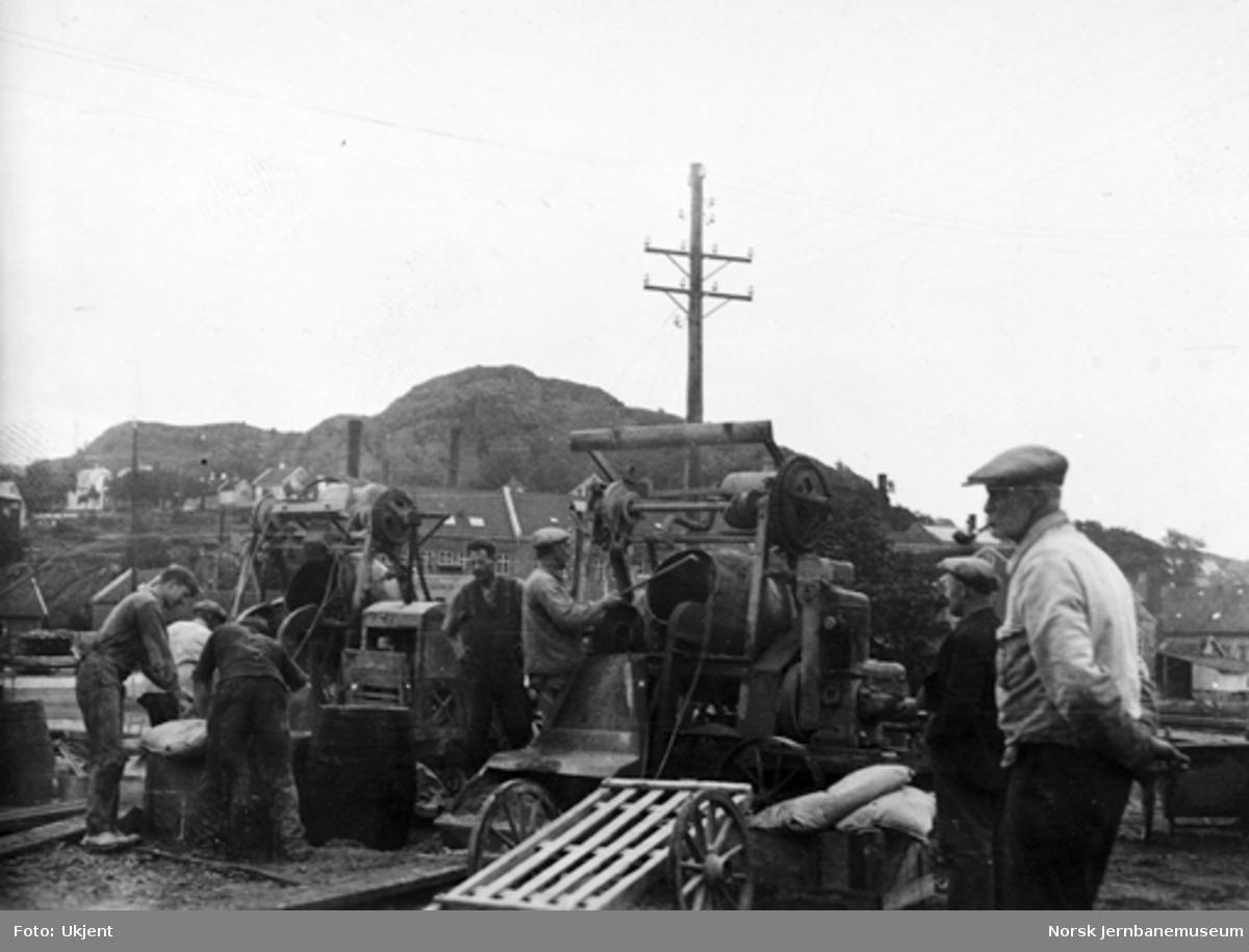 Bru over Lundeelva : støping av ny pillar natten 28.-29. juni 1934