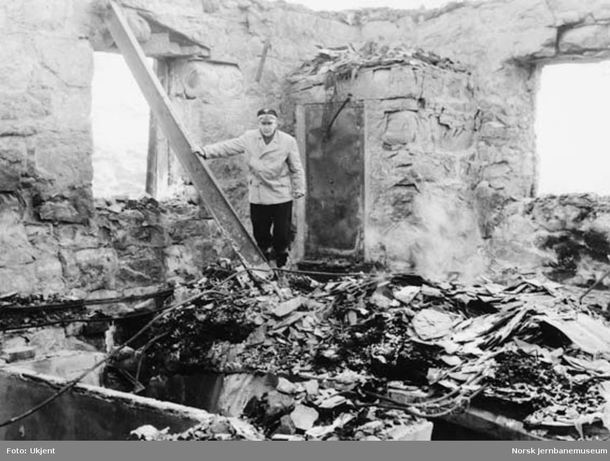 Hallingskeid stasjon etter brannen : Mons Almeningen i brannruinene