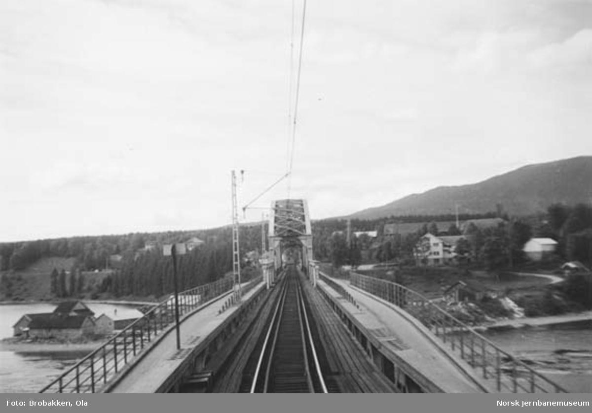 Minnesund bru med sine vegbaner fotografert fra lokomotivet