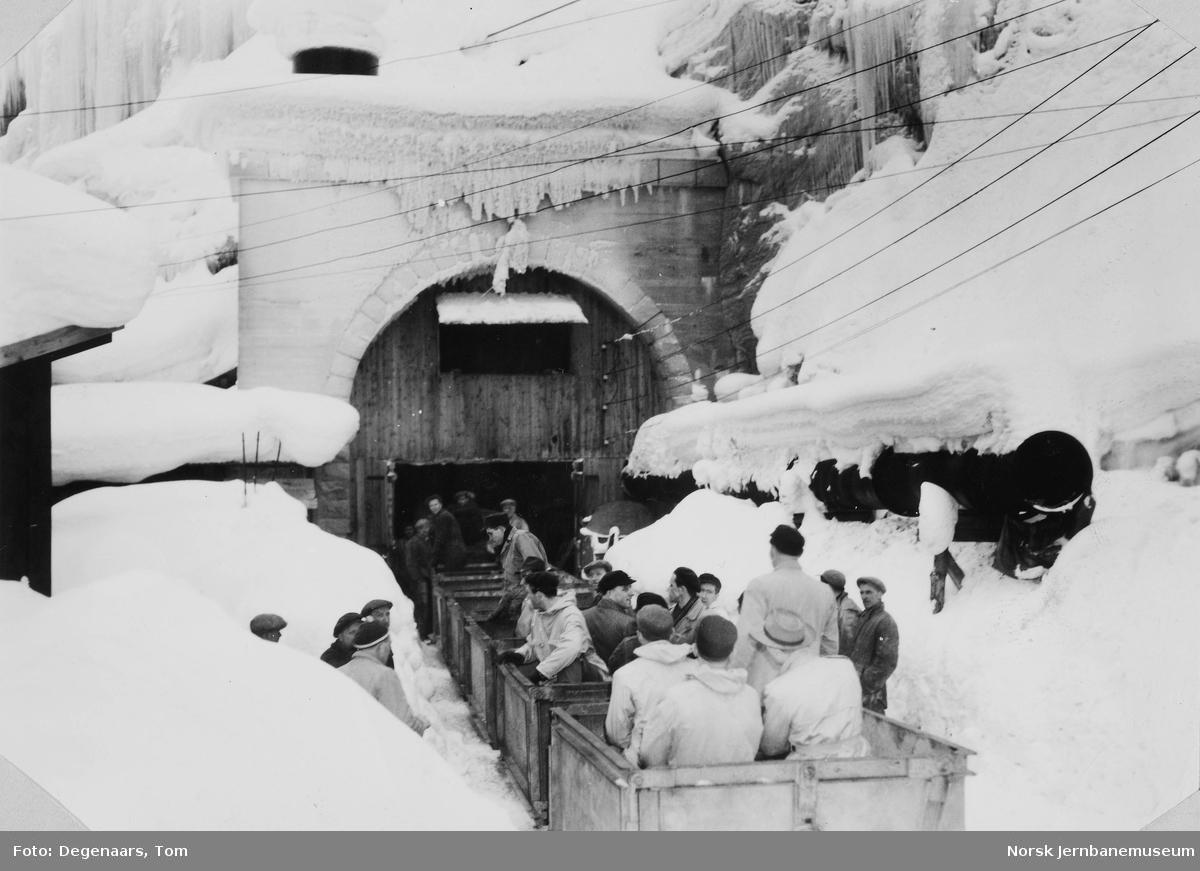 Anleggstog på vei inn i Ilhullia tunnel ved markeringen av gjennomslaget