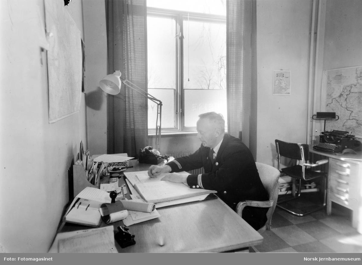 Interiørbilde fra NSBs reisebyrå i Kristiansand : bestyrer Georg Risan på hans kontor