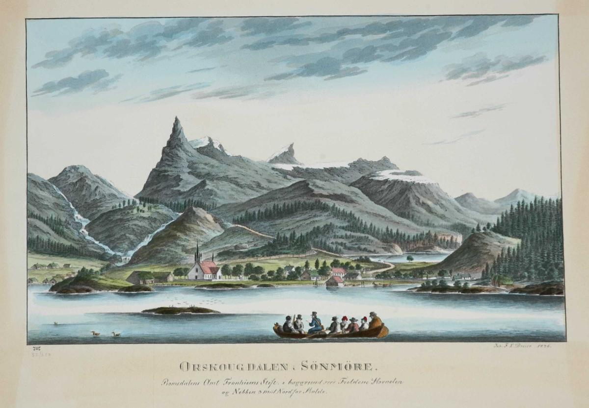 Prospekt, Ørskog, Møre og Romsdal. Kirke i bakrunnen, båt fylt med personer i forgrunnen. Muligens kirkebåt.