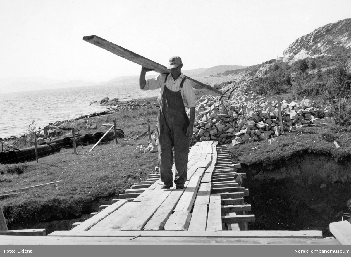 Bygging av stillas for bru over Mjøneselva