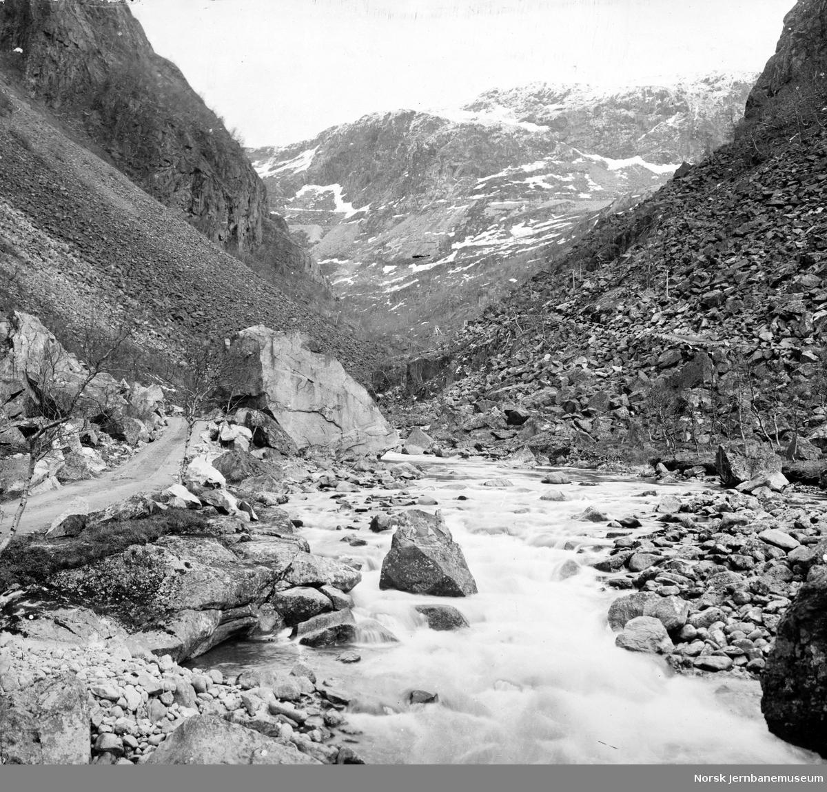 Rombaksbotn med anleggsvegen og utsikt mot Norddalen og Fagerlia