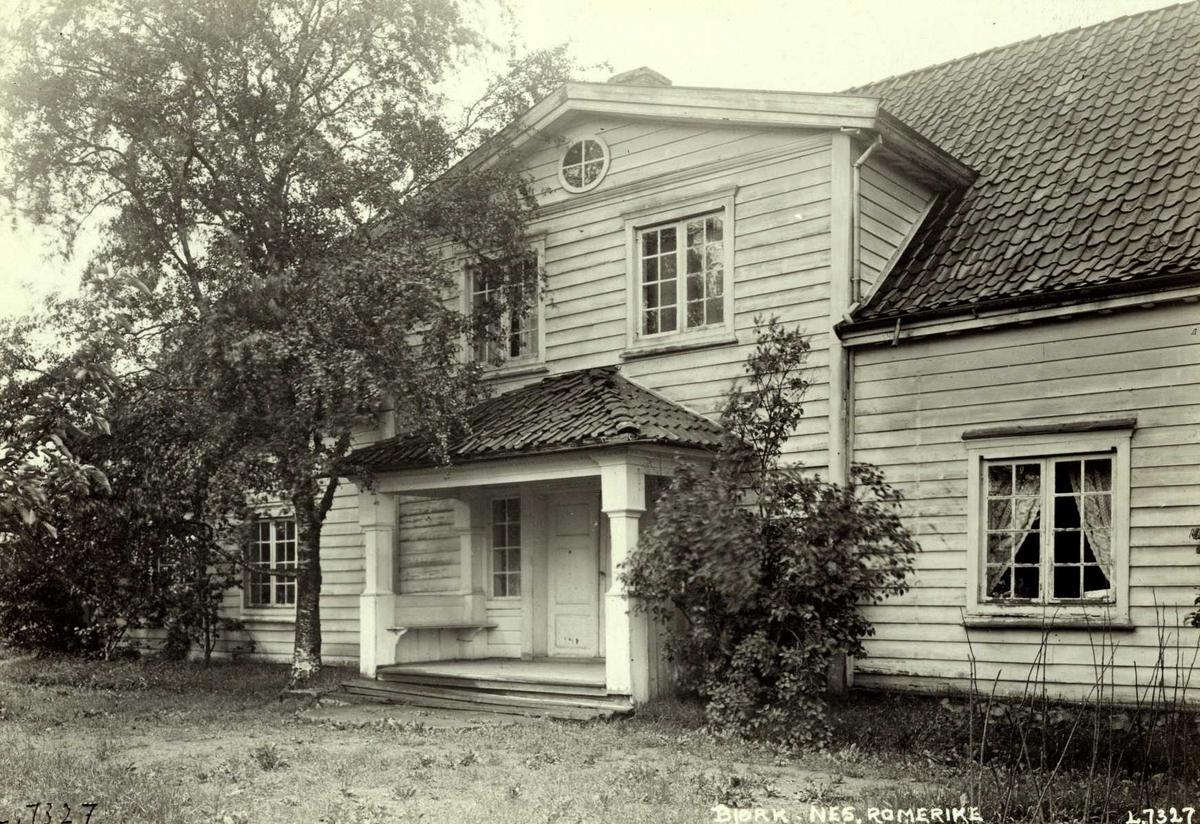 Bjørk, Nes, Øvre Romerike, Akershus. Stort lyst våningshus sett mot hagedør.