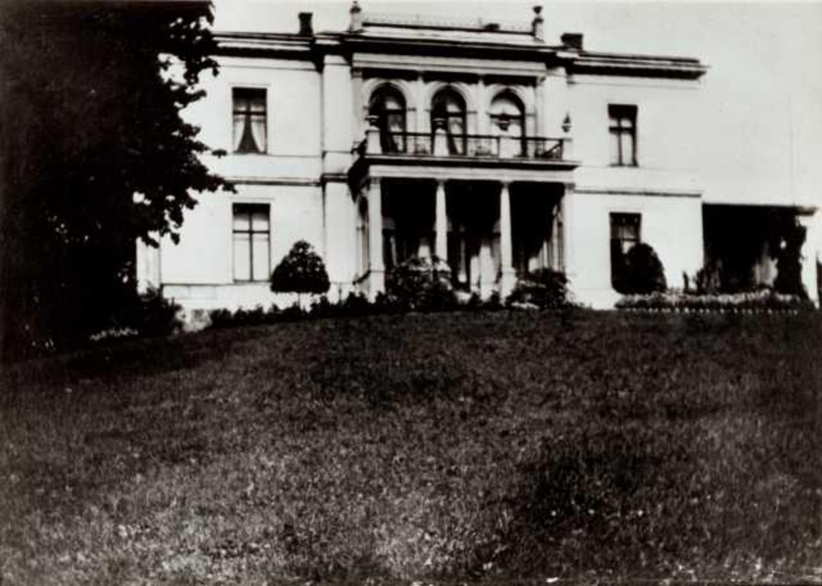 Skøyen Hovedgård, Oslo 1840-92. Hovedbygningen sett fra hagen.