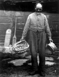 Skjåk, Oppland 1934. Mann med to tegerkurver utenfor en husv
