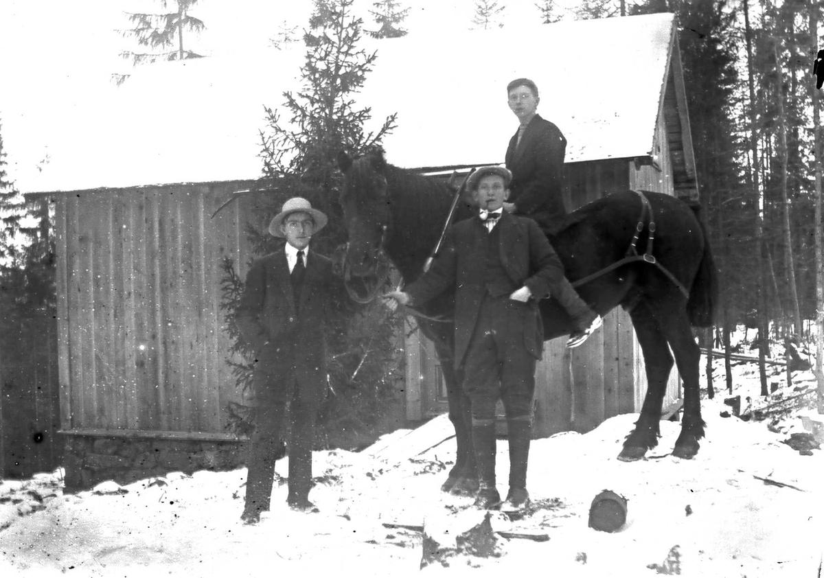 Sommerhuset i Ringstabekkveien ferdigstilt. To stående menn og en til hest avfotografert foran huset.