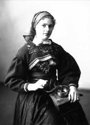 1/2 portrett av kvinne i drakt og skaut, tatt i fotografens