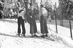 Tryvannshøyden. Folk går på ski.