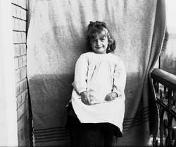 Karen Q. Wiborg fotografert på balkong, ant. Meltzers gate 9