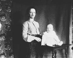 Margrethe Q. Wiborg med Halvor Nicolai, Munkedamsveien 3, Os