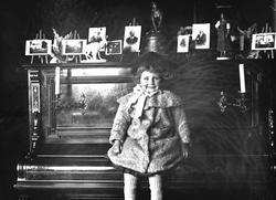 Gudrun Q. Wiborg sitter på pianolokk i Meltzers gate 9, Oslo