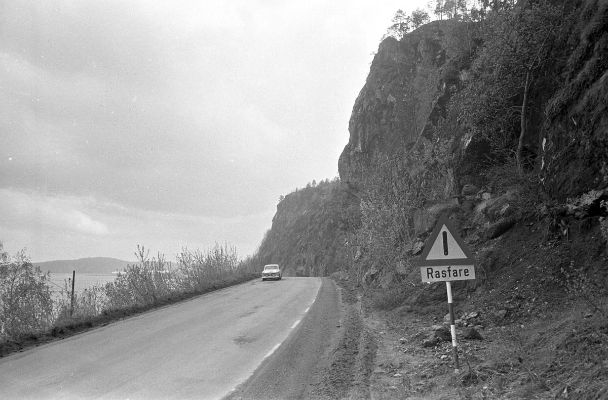 Holmestrand, mai 1966, rasfarlig fjell langs veien.