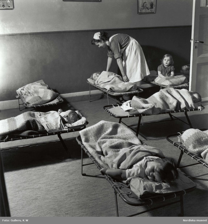 Sovande barn på daghem, barnkrubba.