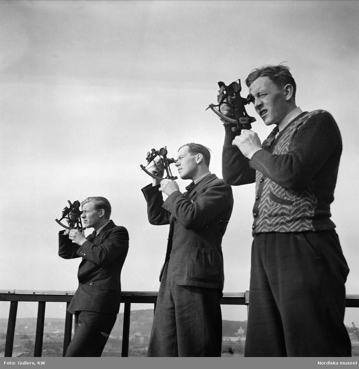Navigationsskolan i Göteborg. Tre unga män med sextanter.
