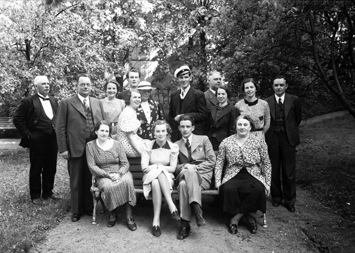 Grupporträtt i trädgården - sannolikt Uppsala, 1938