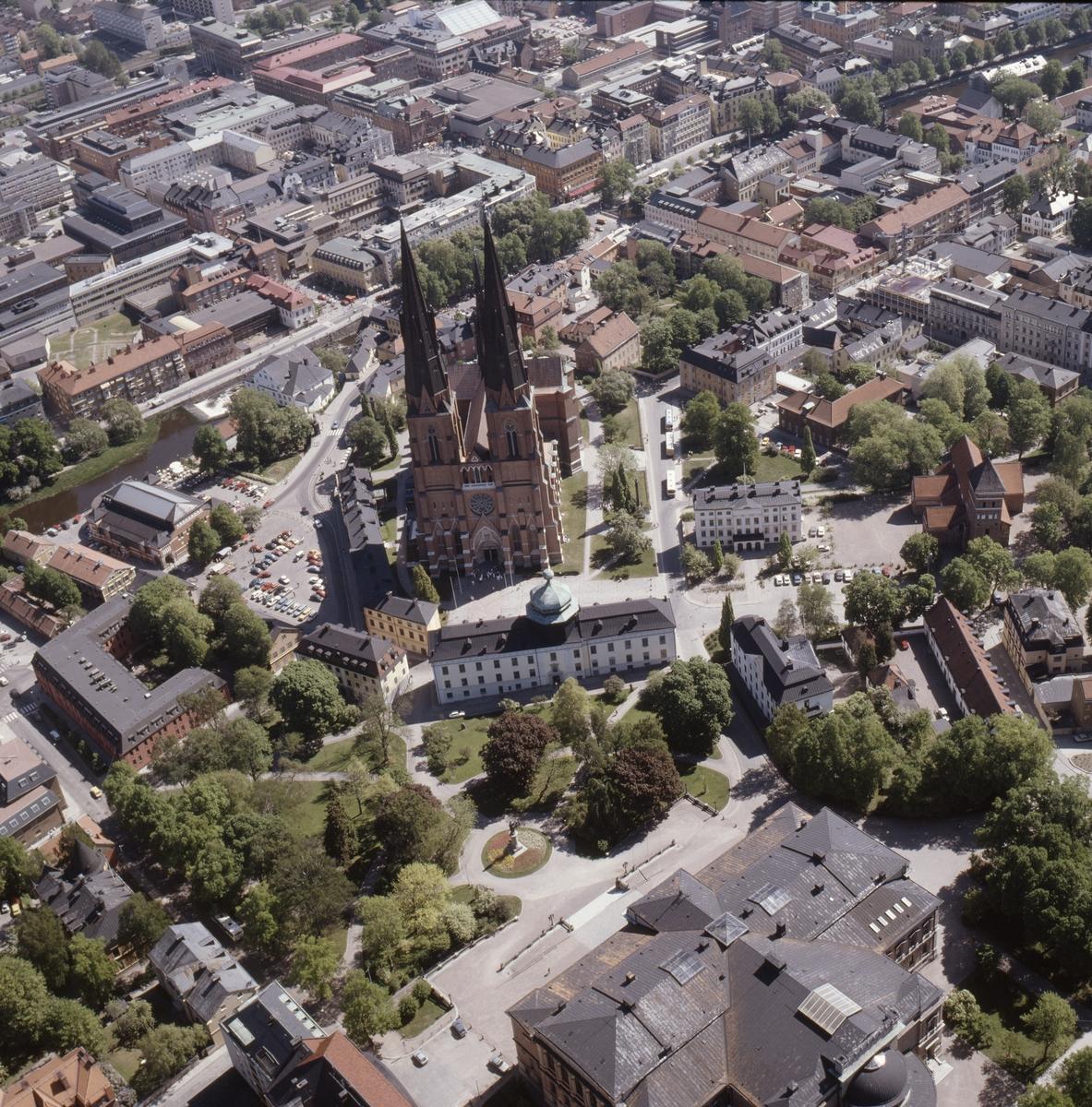 Vy över Uppsala innerstad, Uppsala domkyrka och Gustavianum i mitten, juni 1989