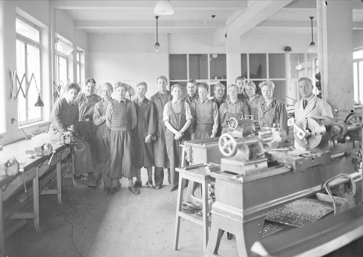 Grupporträtt - lärare och elever vid Tekniska skolan, kvarteret Bredablick, Uppsala september 1942