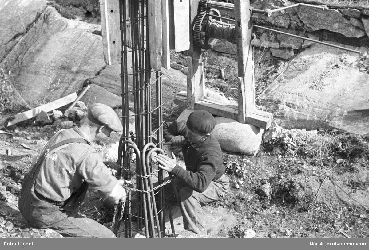 Elektrifiseringen av Østfoldbanen : støping og reising av betongmaster Oslo Ø - Kolbotn