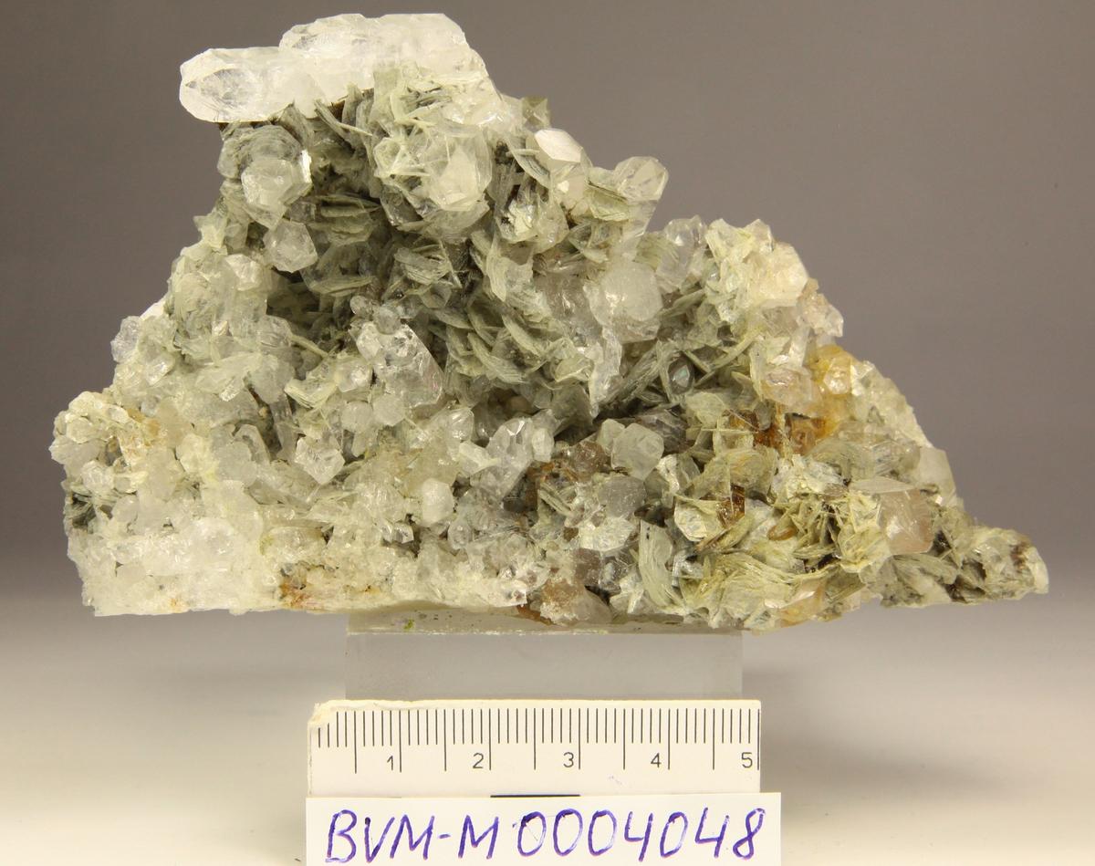 Prehnitt, muskovittlignende krystaller (pseudomorfose?), bergkrystall.