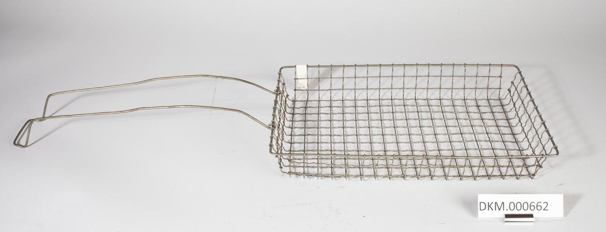 Rektangulær kurv med lave kanter, laget av metalltråder.