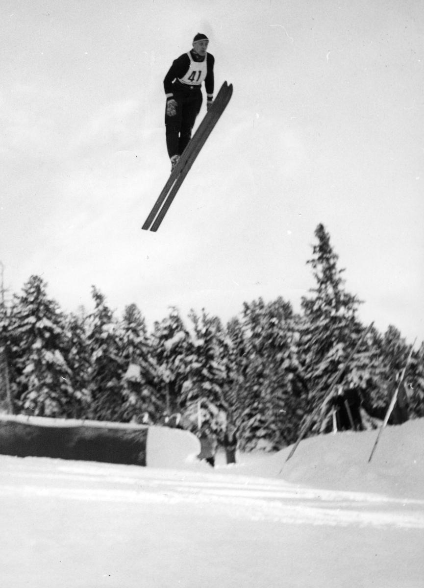Petter Hugsted hopper i St. Moritz i 1954. Petter Hugsted in the air in St. Moritz in 1954.