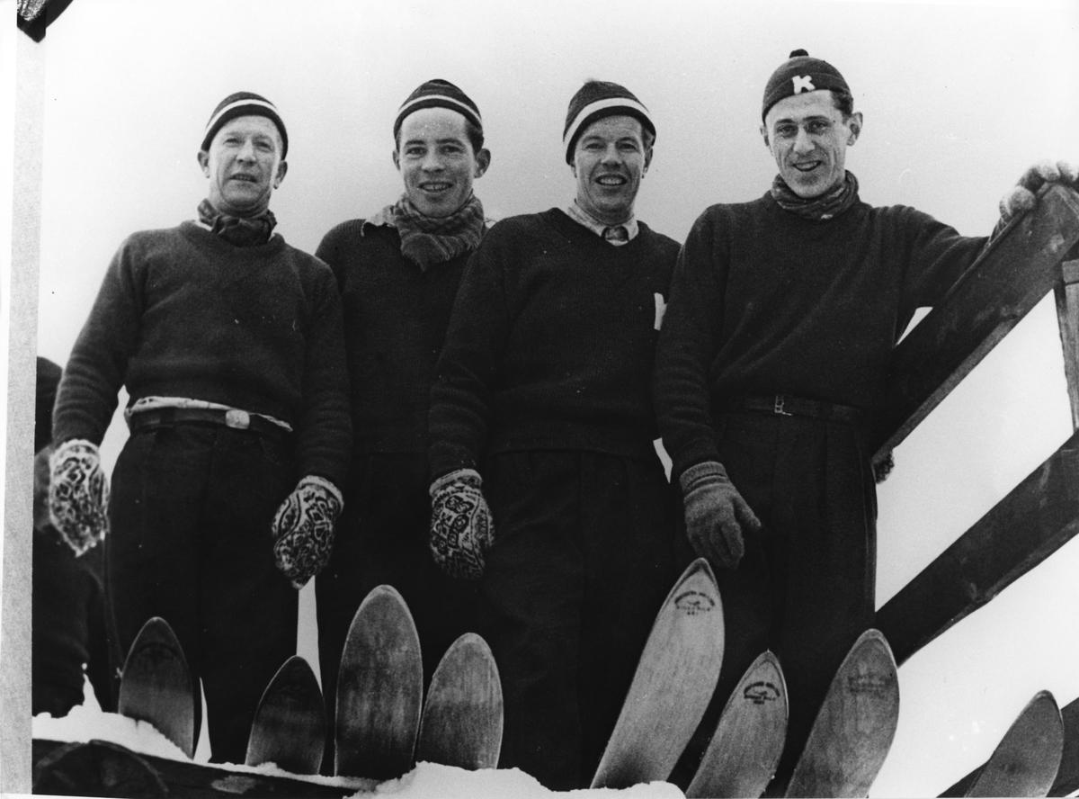 Birger Ruud (t.v.), Svein Lien, Asbjørn Ruud, Petter Hugsted under trening i hoppbakken. Birger Ruud (left), Svein Lien, Asbjørn Ruud and Petter Hugsted during training at a jumping hill.