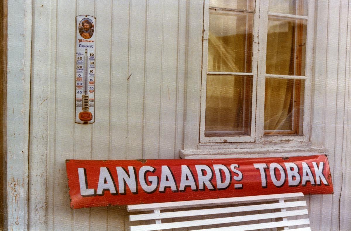 Termometer fra Tiedemann og reklameskilt fra Langaard.
