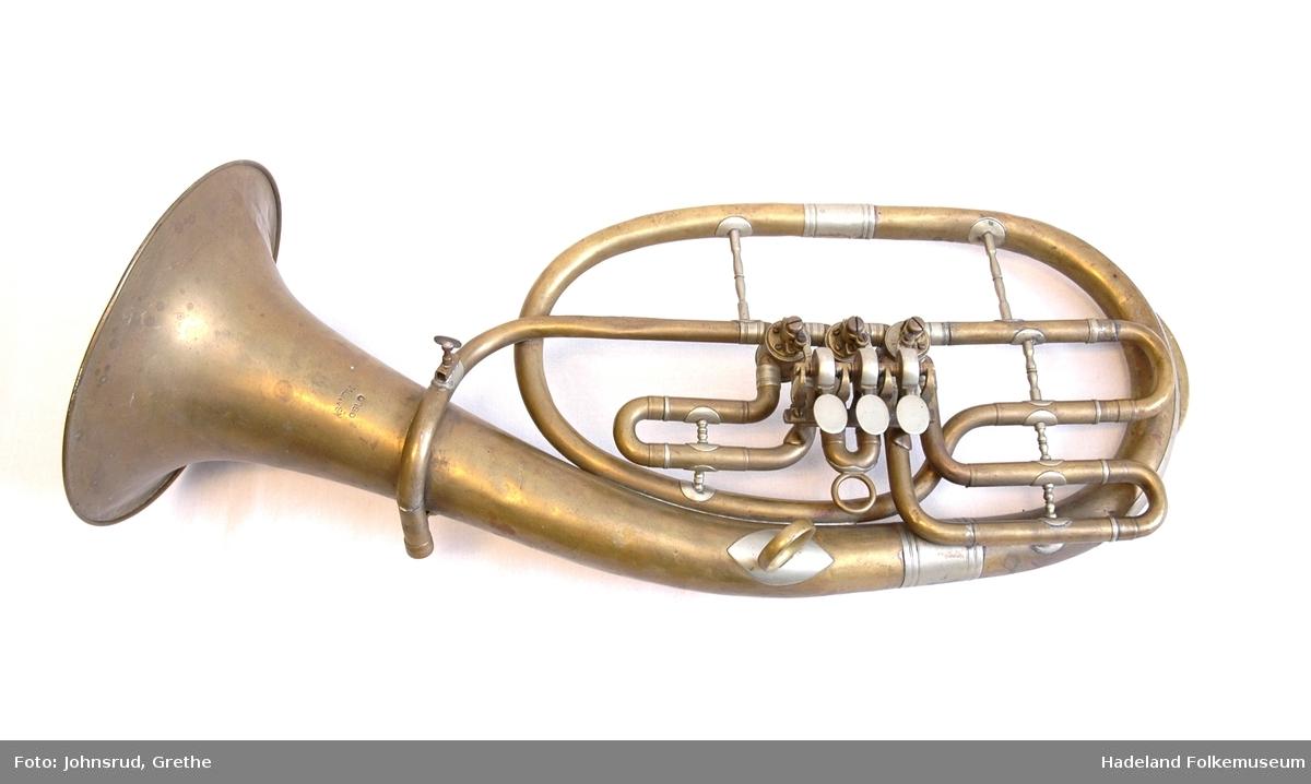 Baryton eller tenorhorn. Oval form. Messing med hylse av nysølv. 3 roterende ventiler.  Alle ventilrør har stemmebøyler. Spyttklaff. Munnstykke mangler