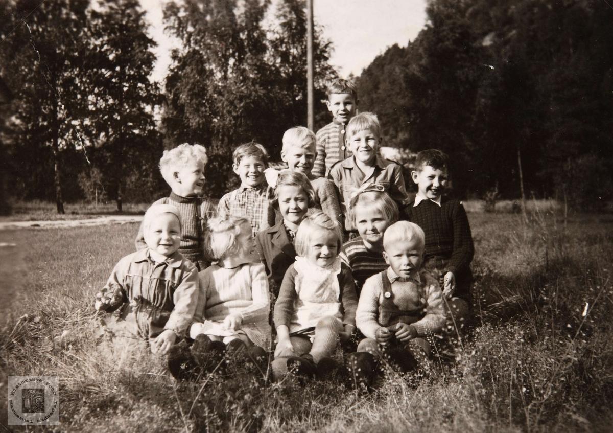 Barn på Øydneskleiv i Konsmo. Familien Sletta og Viste var folk som arbeidet på jernbanen og bodde noen år i Konsmo.