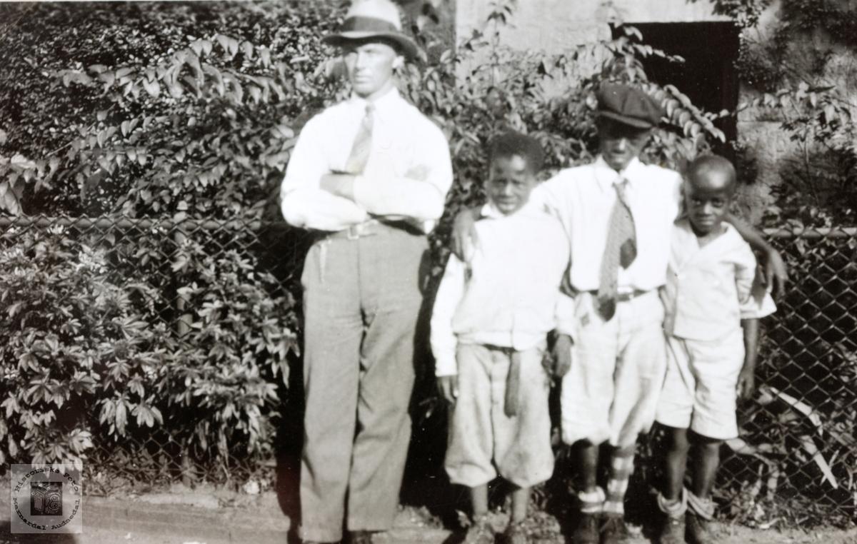 Torje Flottorp i USA sammen med tre afrikanse gutter. Grindheim.