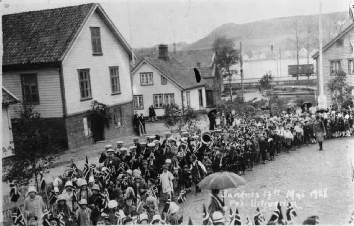 17 mai 1928 barnetoget på skolegården, det store huset t.v. var Totalen, bilete ble tatt frå trappen til skolen