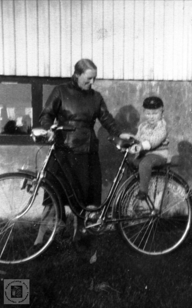 Portrett av mor og sønn. Astri og Kjell Skuland, Laudal.