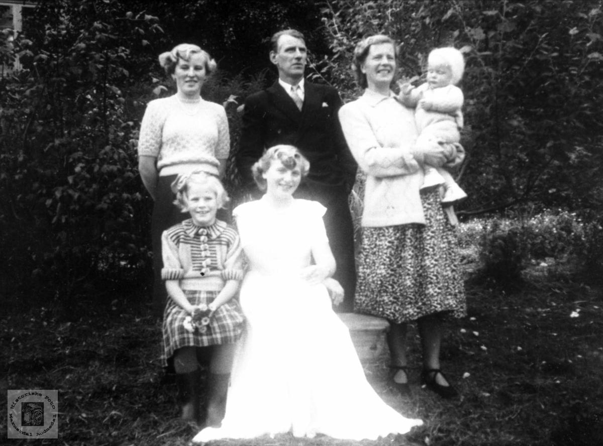 Portrett av familiegruppe fra Verdalen, Laudal.
