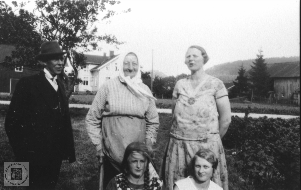 Gamle og unge. Siri Øyslebø, Olga Sofie Skjævesland, Johanna Thj. Øyslebø og Solveig A. Øyslebø.
