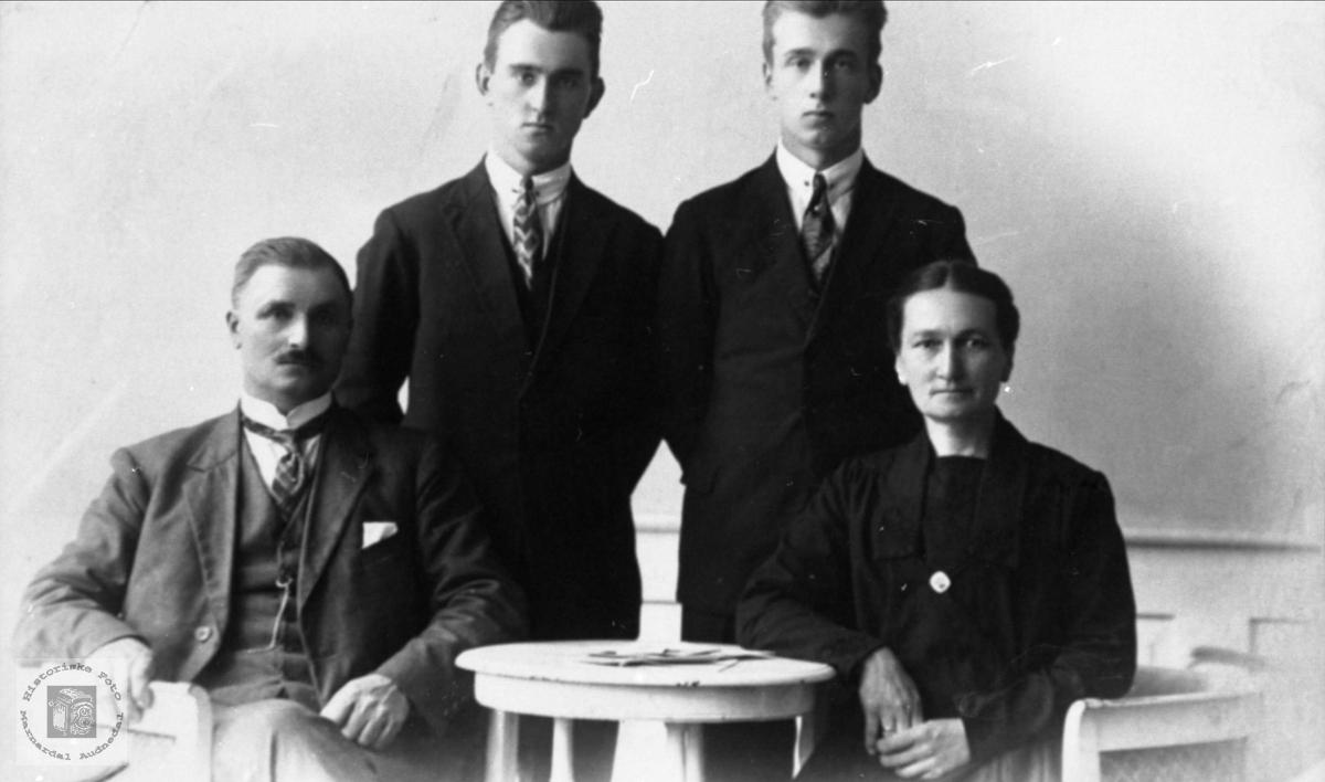 Portrett av familie. Albert, Olav, Håkon og Karen Leira.