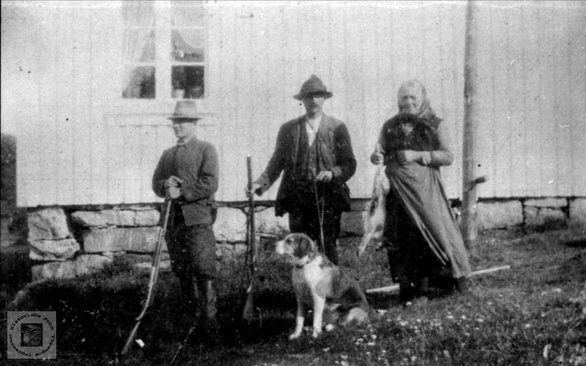 Jakta slutt. Knut Skogen, Thore og Gurine Finsådal, Øyslebø.