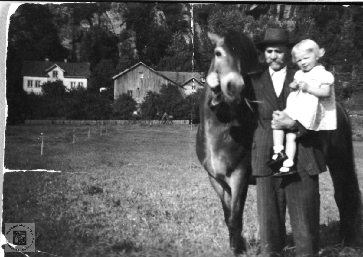 Salve og Gerda Usland med hesten, Øyslebø.