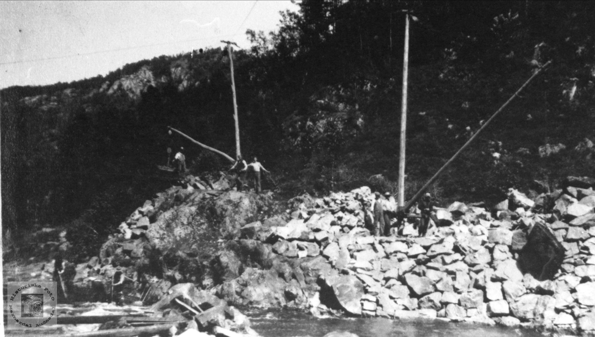 Senking av Gaupefossen i Audna, stein svinges vekk, Audnedal.