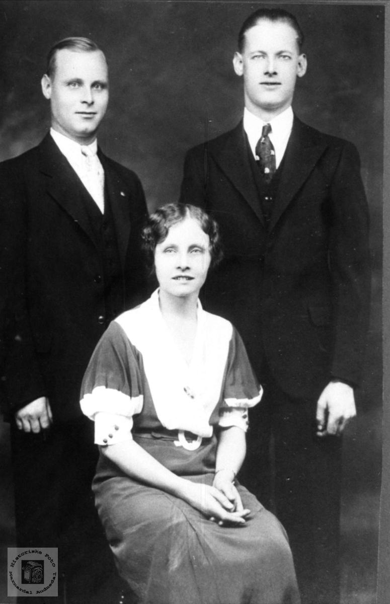 Søsknene Tønnes, Erling og Thora Valand, Øyslebø.