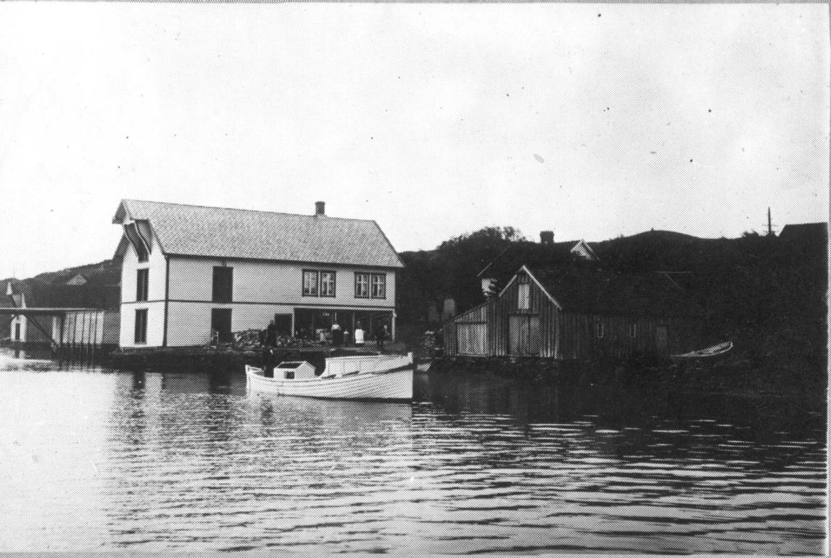 """Math. Storesund`s handelsted, Torvastad. Kai med to sjøhus. Det ene sjøhuset er større enn det andre og har """"krambu"""" i første etasje og bolig i den andre."""