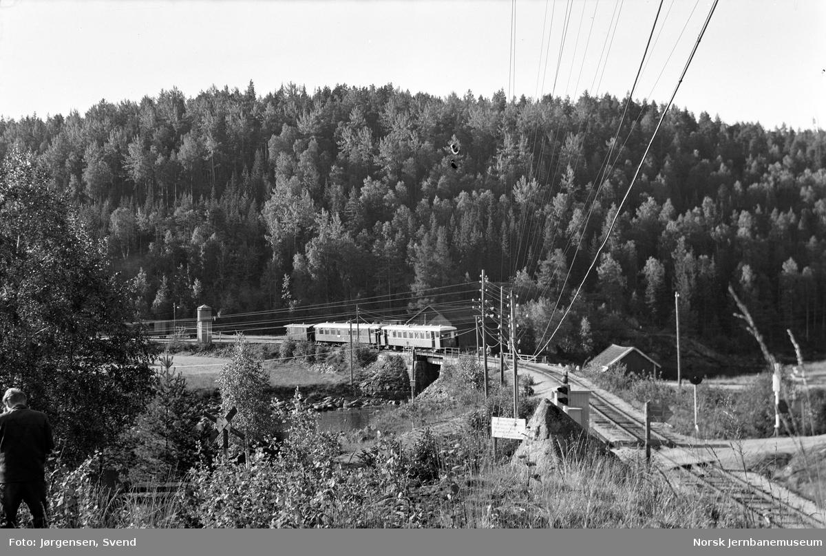Nordgående persontog 2651 ved utkjøring fra Røyknes stasjon, Langåen bru