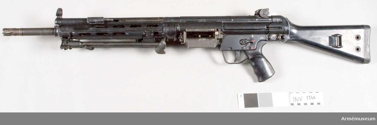 Kulspruta, lätt, HK 21 A1.Helautomatiskt, luftkylt vapen med ammunition bandad i ksp/58 band. Pipan har benstöd och kan snabbt bytas ut. Kolven av konstmassa (plast). Tillv. på försök till beväpning av hemvärnet, ej fastställd modell, för svensk räkning i 21 exemplar. Kaliber 7,62x51 mm. Mekanisk eldhastighet: 750-850 skott/min.  Samhörande nr är 1367-1368.