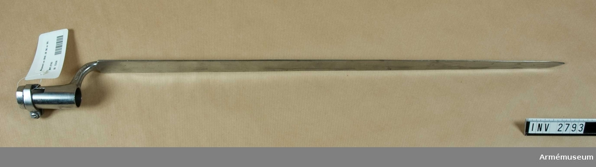 Trekantig stukattyp. Används till gevär m/1840 och Minie-gevär 1854. Hylsans id: 23 mm. Klingans b vid fästet: 24 mm. 1R 3K nr 90. Har tillh. greve E Stackelberg, Kallfors, Järna. Såld av dödsboet.