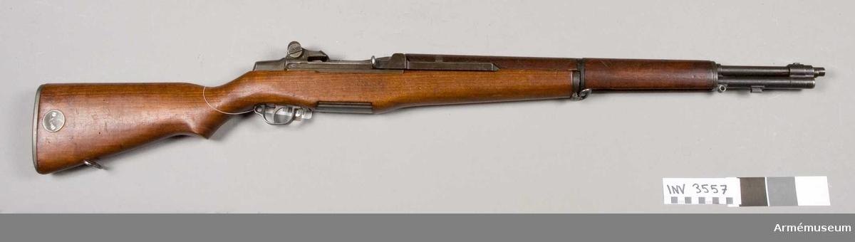 """Vapnet märkt U.S. Rifle Cal. 30 M 1 Springfield Armory 5622 60. Kolven märkt """"WRA GHD (P)"""". Pipan märkt """"3-10-S-A-43"""". Korn och främre rembygel saknas. Varbygel märkt """"C 46025 W.R.A."""" Kaliber 7,62 (30M1)."""