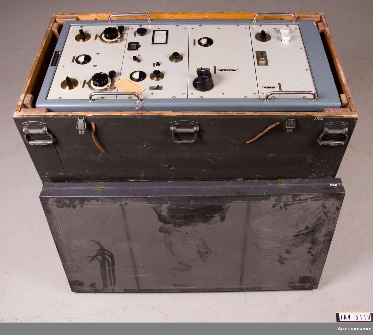 Med tillhörande låda av trä till radiostation 75 watt transportabel m/1943. Mått 1265x680x520 mm. Tillverkad av Standard radio. Märkt 75 W Tp 15 sänd.  Samhörande nr är AM.5117-21