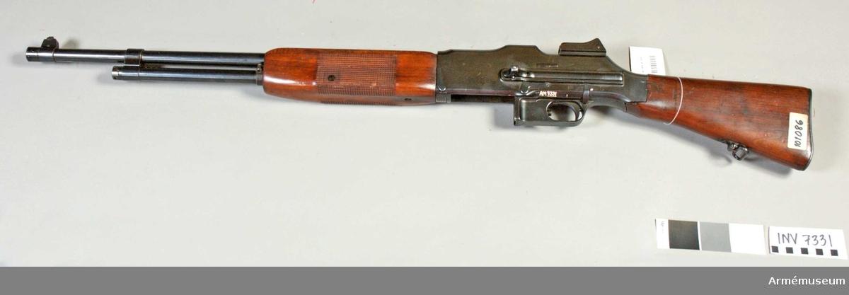Kaliber 6,5 mm. Tillverkningsnummer C-10186. Gasuttagningsmekanism. Ramsikte (diopter) och korn.  Märkt Colt automatic machine rifle Model 1919-Cal. 6,5 M/M  Browning Pat. Feb.4, 1919 Colt'S Pat. Fire Arms MFG. CO  Hartford, conn. U.S.A. Största skottvidd 4500 m. Mekanisk eldhastighet 8 sk/s. Benstöd saknas.